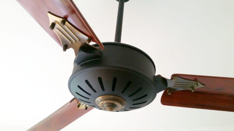 ventilateur de plafond pales en bois avec t l commande louisiane. Black Bedroom Furniture Sets. Home Design Ideas